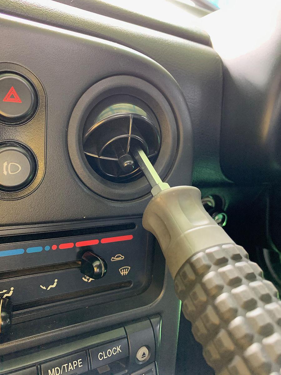 ドライバーなどを軽く挿入